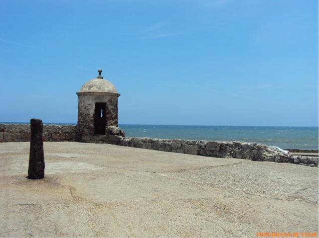 Parte de la Muralla que rodea a la ciudad con el Mar Caribe de fondo