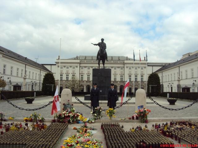 Palacio Presidencial con velas de homenaje a Lech Kaczynski, presidente que muriera en 2010 en un accidente aéreo