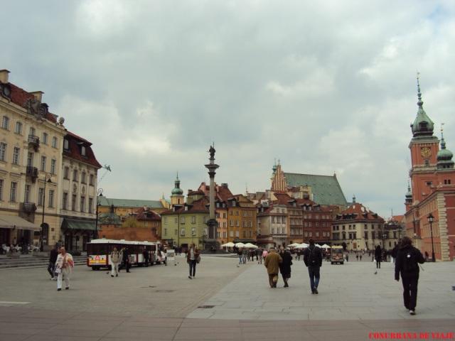 Llegado a la ciudad vieja, el Palacio Real a la derecha y la Columna de Segismundo a la izquierda te reciben