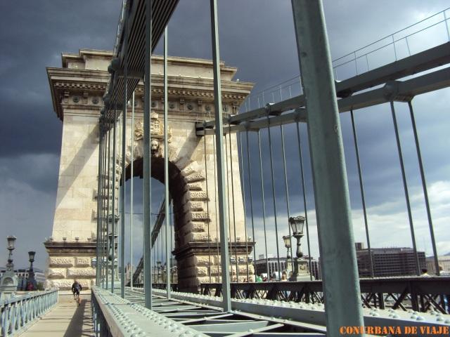 Cruzando el Puente de las Cadenas