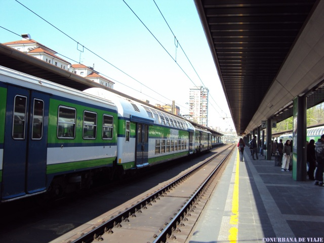 Esperando para salir al Lago di Como en la estación Milano Nord Cadorna