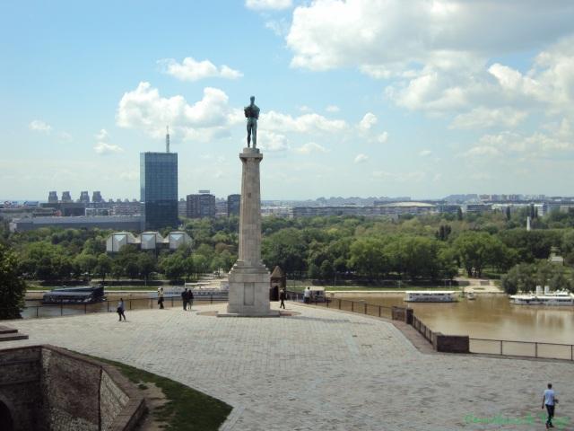 Viktor, emblema de la ciudad y el área de Novi Beograd de fondo