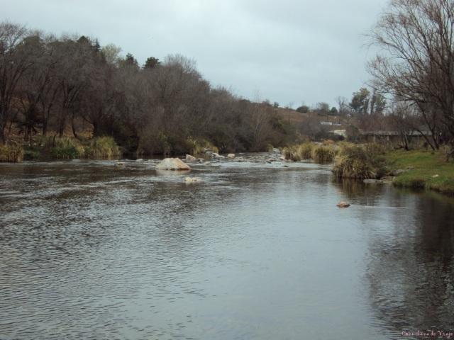 Río Reartes solitario y con lluvia