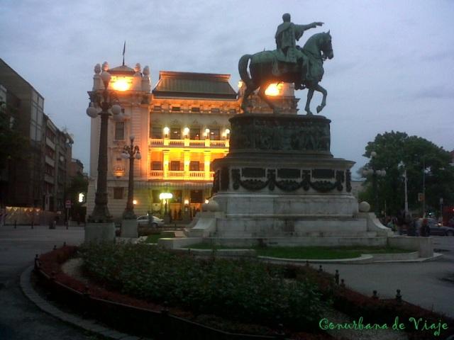 Plaza de la República y Teatro Nacional detrás. El señor de la estatua es el Príncipe Mihailo Obrenovic